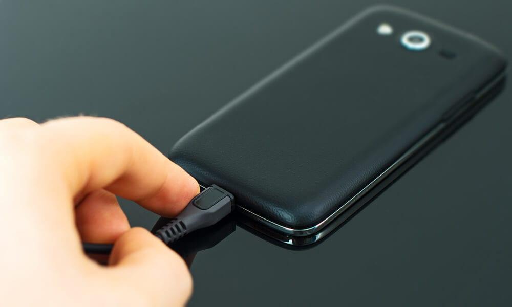 Ligando carregador de bateria em smartphone