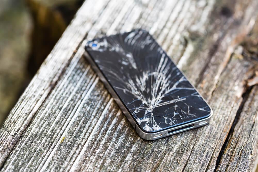 celular defeito trincado banco madeira queda, quebra
