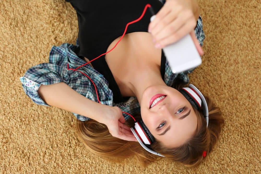 mulher ouvido musica fone ouvido celular
