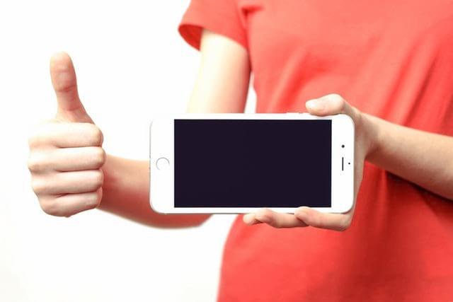 Como limpar tela de celular engordurada